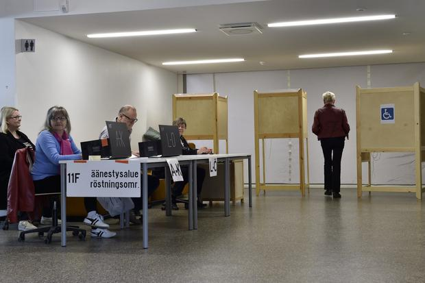 Finnish voters cast their votes during the European Parliament elections in Helsinki, Finland May 26, 2019. Emmi Korhonen/Lehtikuva/via REUTERS