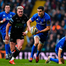 Jonathan Sexton of Leinster races clear of Stuart Hogg of Glasgow Warriors. Photo by Brendan Moran/Sportsfile