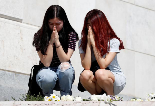 Women pray to mourn the victims of a ship accident, which killed several people on the Danube river, in Budapest, Hungary, May 31, 2019. Photo: Reuters/Bernadett Szabo