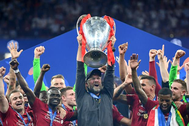 MADRID, SPAIN - JUNE 01: Jurgen Klopp, Manager of Liverpool celebrates with the Champions League Trophy after winning the UEFA Champions League Final at Estadio Wanda Metropolitano. (Photo by Michael Regan/Getty Images)