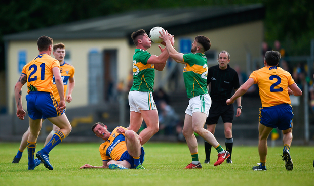 Jack Gilheaney, left, and Gary Plunkett of Leitrim compete for the ball. Photo by Daire Brennan/Sportsfile