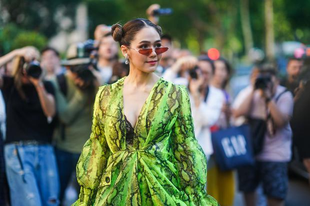 Araya Hargate wears sunglasses, a green snake print ruffled dress, earrings, a white bag, outside Giambattista Valli, during Paris Fashion Week -Haute Couture Fall/Winter 2019/2020, on July 01, 2019 in Paris, France. (Photo by Edward Berthelot/Getty Images)