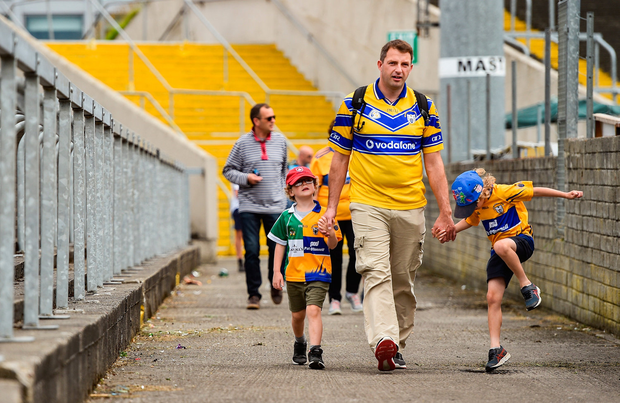 Clare supporters arrive ahead of the GAA Football All-Ireland Senior Championship Round 4 match between Meath and Clare at O'Moore Park in Portlaoise, Laois. Photo by Sam Barnes/Sportsfile