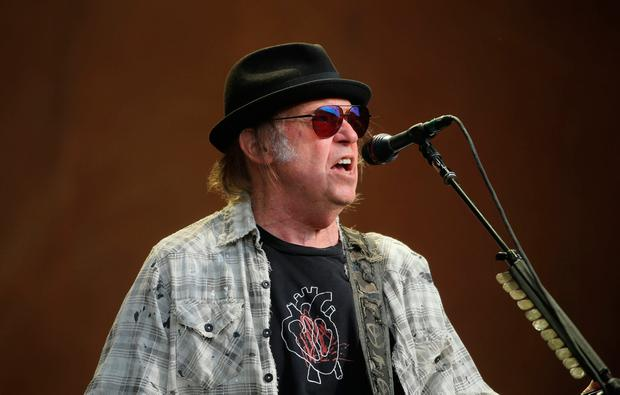 Bob Dylan & Neil Young perform together for first time in 25 years