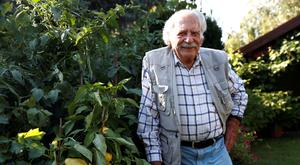 Gyorgy Balint, 99, a gardening expert, poses for a picture in his garden in Budapest, Hungary, July 16, 2019. REUTERS/Bernadett Szabo