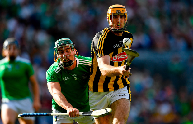 Colin Fennelly of Kilkenny gets past Seán Finn of Limerick before score his side's first goal during the GAA Hurling All-Ireland Senior Championship Semi-Final match between Kilkenny and Limerick at Croke Park in Dublin. Photo by Piaras Ó Mídheach/Sportsfile