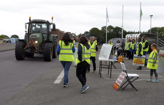 Pictured at a protest outside the ABP Plant at Bandon Co Cork were members of the BEEF Plan movement Cork who are demanding better prices for beef farmers and intend to hold a week long protests at all ABP cork plants. Picture Denis Boyle