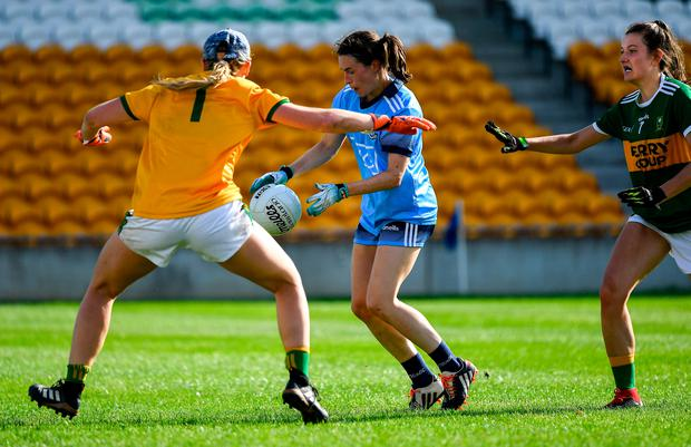 Sinéad Aherne of Dublin on her way to scoring a second half goal despite the efforts of Laura Fitzgerald, left, and Ciara Murphy of Kerry during the TG4 All-Ireland Ladies SFC quarter-final match at Bord na Móna O'Connor Park in Tullamore, Offaly. Photo by Piaras Ó Mídheach/Sportsfile
