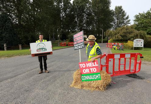Beef farmers from the Beef Plan movement pictured at the picket line outside Keypak in Clonee Co Meath. Picture Credit:Frank McGrath