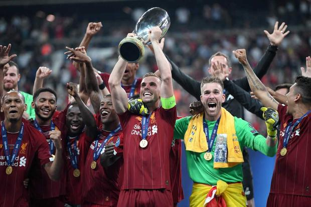Liverpool captain Jordan Henderson gets his hands on another trophy (Getty)