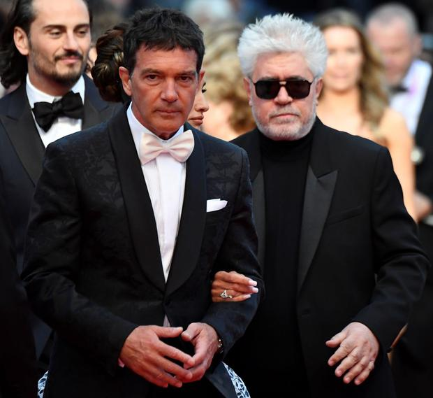 Spanish actor Antonio Banderas (L) and Spanish film director Pedro Almodovar pose as they arrive for the screening of the film