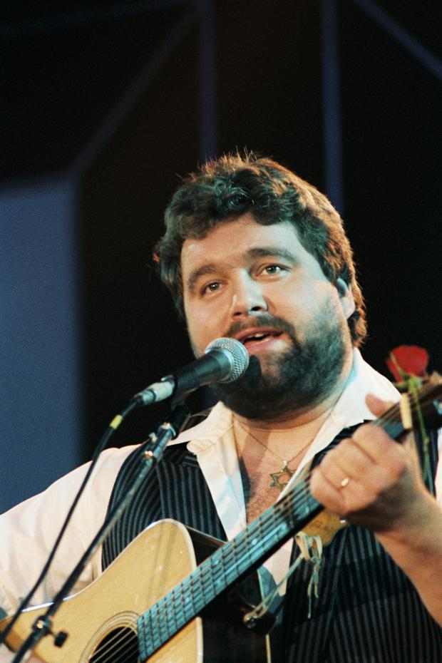 Irish singer/comedian Brendan Grace on stage (1985)