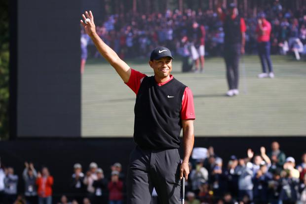 Tiger Woods celebrates winning the tournament on the 18th green. Photo: Chung Sung-Jun/Getty Images