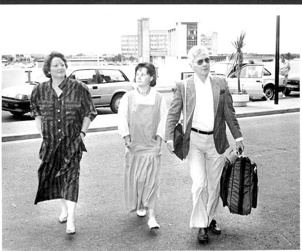 GAY BYRNE ARRIVES AT THE DEPARTURES ROAD IN DUBLIN AIRPORT WITH HIS WIFE KATHLEEN WATKINS AND HIS DAUGHTER, SUSIE, WHO CAME TO SEE HIM OFF ON HIS TRIP DOWN UNDER. RONAN LANG, 30/8/87.