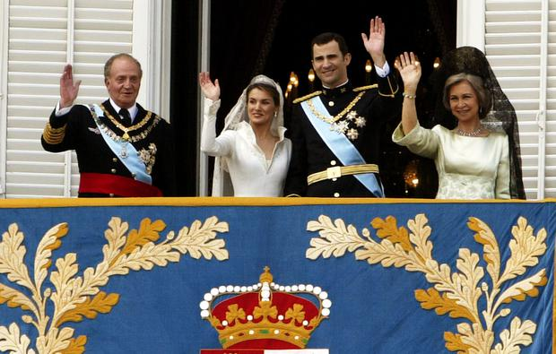 Spanish Crown Prince Felipe de Bourbon and his bride Letizia (C) stand next to Spanish King Juan Carlos (L), and Queen Sofia (R) as they appear on the balcony of the royal palace after their wedding ceremony May 22, 2004 in Madrid.  (Photo by Ian Waldie/Getty Images)