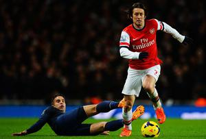 Tomas Rosicky (R) of Arsenal skips the tackle of Robin van Persie (L) of Manchester United