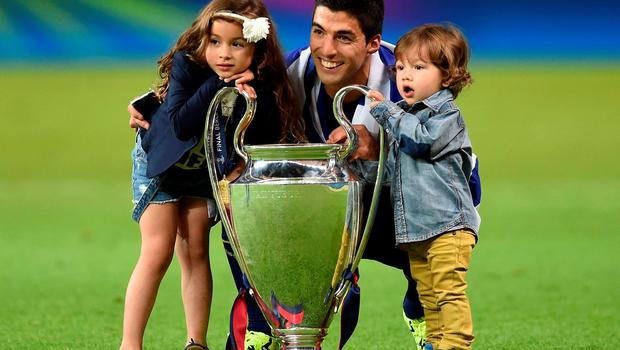Suarez and his children pose with the trophy