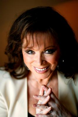 British author Jackie Collins poses for a photograph in New York in this June 10, 2008 file photo. Collins died on September 19, 2015 of breast cancer at age 77, her family said in a statement.  REUTERS/Lucas Jackson/Files