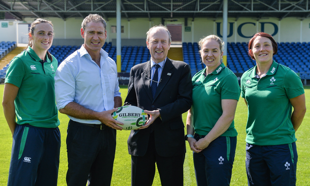 Minister for Transport, Tourism and Sport, Shane Ross TD and Ireland head coach Tom Tierney with his players, from left, Hannah Tyrrell, Niamh Briggs, and Lindsay Peat during the Ireland Women's Rugby World Cup Squad Announcement at the UCD Bowl, in Belfield, Dublin. Photo by Piaras Ó Mídheach/Sportsfile