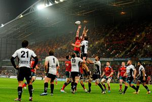 Paul O'Connell, Munster, wins possession in a lineout ahead of Valerio Bernabo, Zebre