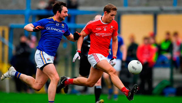 Anthony Williams of Louth in action against Pauric Gill of Longford. Photo by Piaras Ó Mídheach/Sportsfile