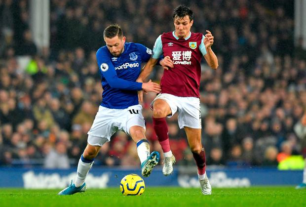 Everton's Gylfi Sigurdsson (left) and Burnley's Jack Cork battle for the ball. Photo: Anthony Devlin/PA Wire