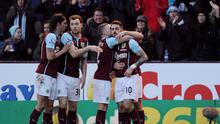 Burnley's English striker Danny Ings (R) celebrates with teammates after scoring his team's winner