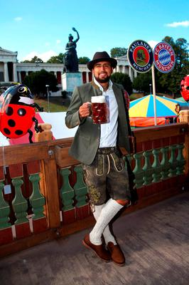 Arturo Vidal of FC Bayern Munich poses during a visit at the Oktoberfest in Munich, Germany, September 30, 2015. REUTERS/Alexandra Beier/Pool