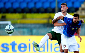 Conor Masterson of Republic of Ireland in action against Patrick Cutrone of Italy during the UEFA European U21 Championship Qualifier match between Italy and Republic of Ireland at Arena Garibaldi in Pisa, Italy. Photo: Roberto Bregani/Sportsfile