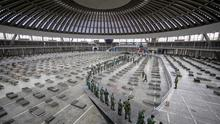 Chains: Serb soldiers set up beds inside an events centre in Belgrade for Covid-19 patients. Photo: REUTERS/Marko Djurica