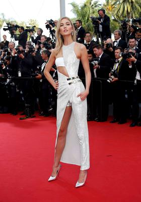 "Model Karlie Kloss poses on the red carpet as she arrives for the opening ceremony and the screening of the film ""La tete haute"" out of competition during the 68th Cannes Film Festival in Cannes, southern France, May 13, 2015. The 68th edition of the film festival will run from May 13 to May 24.                 REUTERS/Eric Gaillard"