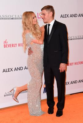 Paris Hilton and Chris Zylka attend the 24th annual Race to Erase MS gala at the Beverly Hilton Hotel in Beverly Hills, on May 5, 2017. / AFP PHOTO / CHRIS DELMAS