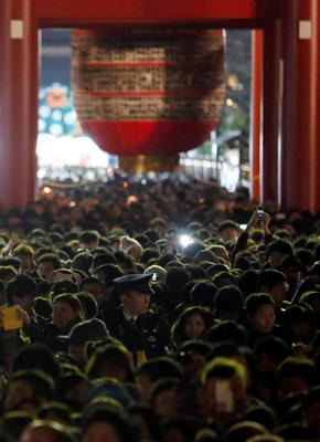 People stand in line to offer New Year prayers at Sensoji temple in Tokyo January 1, 2014. REUTERS/Yuya Shino