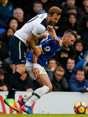 Tottenham's Harry Kane in action with Everton's Morgan Schneiderlin  Photo: Reuters / Paul Childs