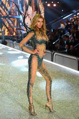 Stella Maxwell walks the runway at the Victoria's Secret Fashion Show on November 30, 2016 in Paris, France.  (Photo by Pascal Le Segretain/Getty Images for Victoria's Secret)