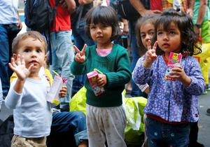 Migrants' children gesture near the Keleti railway station in Budapest, Hungary, September 3, 2015. Over 2,000 migrants, many of them refugees from conflicts in the Middle East and Africa, had been camped in front of the Keleti Railway Terminus, closed to them by authorities saying European Union rules bar travel by those without valid documents.    REUTERS/Leonhard Foeger