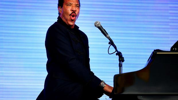 Lionel Richie performs on the Pyramid stage at Worthy Farm in Somerset during the Glastonbury Festival in Britain, June 28, 2015.  REUTERS/Dylan Martinez        TPX IMAGES OF THE DAY