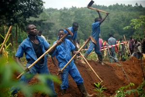 Burundian workers from the Truth and Reconciliation Commission dig to extract bodies from a mass grave in the Bukirasazi hill in Karusi Province, Burundi (Photo: Evrard Ngendakumana/Reuters)