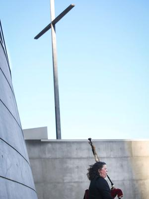 Claire Raftery, a former Dubliner now living in San Francisco, plays the bagpipes prior to a special Mass for the victims of the Berkeley balcony collapse in Oakland, California June 17, 2015. REUTERS/Elijah Nouvelage