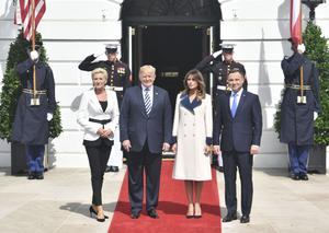 US President Donald Trump and First Lady Melania Trump welcome Polish President Andrzej Duda(R) and his wife Agata Kornhauser-Duda(L) upon arrival to the White House on September 18, 2018 in Washington,DC. (Photo by Nicholas Kamm / AFP)