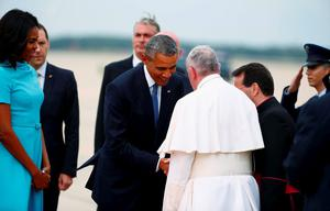 U.S. President Barack Obama (C) welcomes Pope Francis to the United States upon his arrival at Joint Base Andrews outside Washington September 22, 2015. First lady MMichelle Obama is at left. REUTERS/Tony Gentile