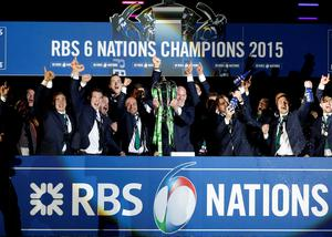Paul O'Connell lifts the six nations trophy. Reuters / Russell Cheyne