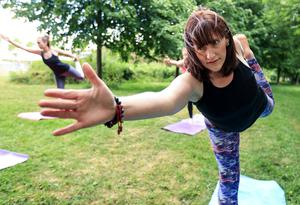 Leader: Yoga instructor Claire Corcoran during an outdoor class in Clongriffin Park, Dublin. Photo: Gerry Mooney