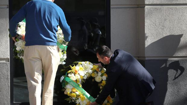 Berkeley Mayor Tom Bates (L) participates in a wreath-laying ceremony with Philip Grant, Consul General of Ireland to the Western United States at the scene of a 4th-story apartment building balcony collapse in Berkeley, California June 16, 2015. REUTERS/Elijah Nouvelage