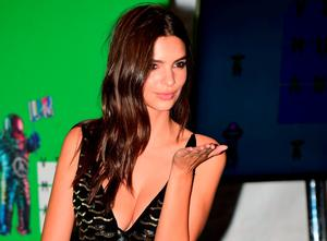 Emily Ratajkowski poses for a photo in the press room  at the MTV Video Music Awards