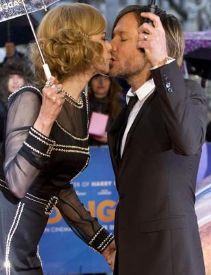 Nicole Kidman  and her husband musician Keith Urban smooch on the red carpet at the premiere of Paddington