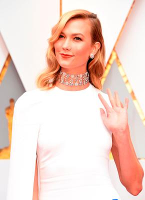 Karlie Kloss arrives on the red carpet for the 89th Oscars on February 26, 2017 in Hollywood, California.  / AFP PHOTO / VALERIE MACONVALERIE MACON/AFP/Getty Images