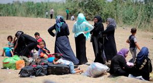 Displaced Sunni people fleeing the violence in the city of Ramadi arrive at the outskirts of Baghdad, May 16, 2015. REUTERS/Stringer