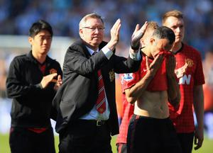 Manchester United manager Sir Alex Ferguson applauds the crowd as Ryan Giggs reacts (R) after his 1,500th and final match