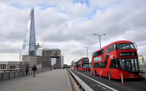 People and buses are seen on London Bridge at the height of the traditional morning rush hour, following the outbreak of the coronavirus disease, London, Britain, May 5, 2020. REUTERS/Toby Melville
